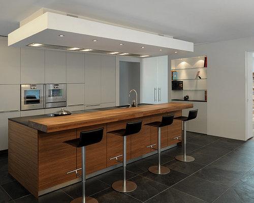 Offene, Große Moderne Küche Mit Waschbecken, Flächenbündigen  Schrankfronten, Weißen Schränken, Elektrogeräten Mit