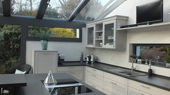 Moderne Landhausküche im Wintergarten