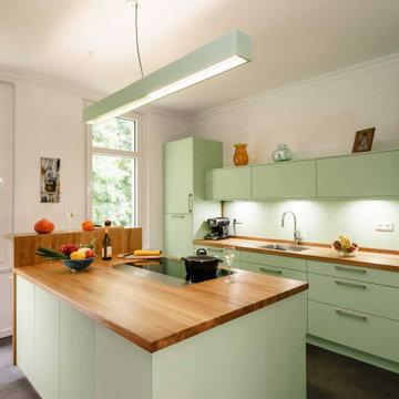 Moderne Landhausküche in Grün