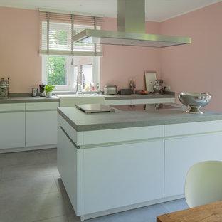 Moderne weiße Küche mit kontrastreichem Kühöschrankmotiv