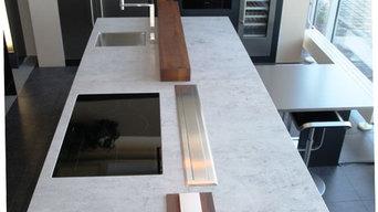 Moderne Wohnküche mit Keramikarbeitsplatte