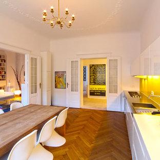 ベルリンの広い北欧スタイルのおしゃれなキッチン (白いキャビネット、モザイクタイルのキッチンパネル、一体型シンク、フラットパネル扉のキャビネット、黄色いキッチンパネル、アイランドなし、無垢フローリング) の写真
