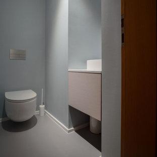 Exempel på ett stort modernt vit vitt kök, med en nedsänkt diskho, släta luckor, bänkskiva i kvarts, vitt stänkskydd, fönster som stänkskydd, integrerade vitvaror, linoleumgolv, en köksö och grått golv