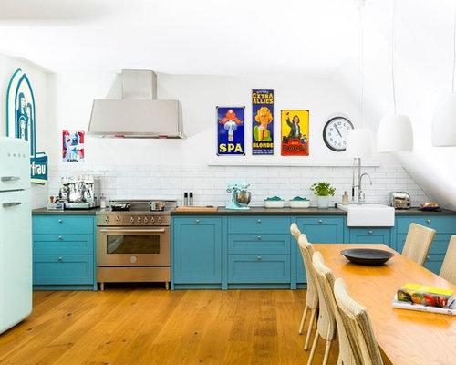 Offene, Einzeilige, Mittelgroße Retro Küchen Ohne Insel Mit Waschbecken,  Blauen Schränken, Küchenrückwand