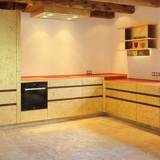 Ispirazione per una cucina contemporanea di medie dimensioni con lavello a vasca singola, ante a filo, ante beige, top in legno, paraspruzzi bianco, paraspruzzi in lastra di pietra, elettrodomestici in acciaio inossidabile, pavimento in mattoni, nessuna isola, pavimento beige e top arancione