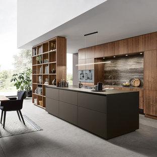 Ispirazione per una cucina contemporanea con ante lisce, paraspruzzi marrone, isola, top marrone e ante marroni