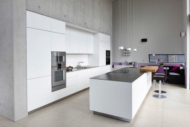 Модернизм Кухня by Küche & Feuer GmbH
