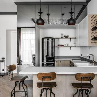 Skandinavische Küche in U-Form mit weißen Schränken, Küchenrückwand in Weiß, braunem Holzboden, braunem Boden, weißer Arbeitsplatte, Landhausspüle, Schrankfronten mit vertiefter Füllung, Glasrückwand, schwarzen Elektrogeräten und Halbinsel in Stuttgart