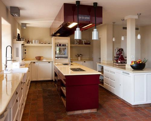 Offene, Mittelgroße Country Küche In U Form Mit Landhausspüle,  Schrankfronten Mit Vertiefter Füllung