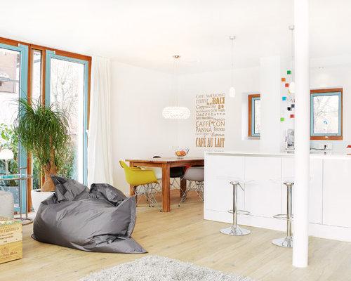 Offene, Zweizeilige, Kleine Moderne Küche Ohne Insel Mit Einbauwaschbecken,  Flächenbündigen Schrankfronten, Weißen