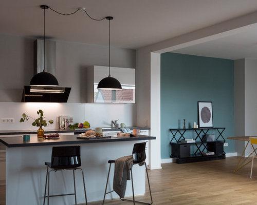 Fesselnd Geräumige, Offene, Zweizeilige Moderne Küche Mit Braunem Holzboden, Braunem  Boden, Einbauwaschbecken,