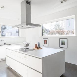 Einzeilige, Mittelgroße Moderne Küche mit Doppelwaschbecken, flächenbündigen Schrankfronten, weißen Schränken, Küchenrückwand in Weiß, Glasrückwand, Kücheninsel, beigem Boden und weißer Arbeitsplatte in Köln