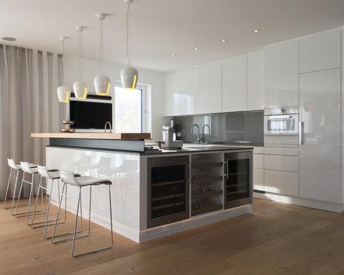 Moderne küchen u-form holz  Küchen mit weißen Schränken und Arbeitsplatte aus Holz Ideen, Design ...
