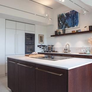 Inspiration för mycket stora moderna grått kök, med en undermonterad diskho, släta luckor, skåp i mörkt trä, bänkskiva i kvarts, vitt stänkskydd, integrerade vitvaror, terrazzogolv, en köksö och grått golv