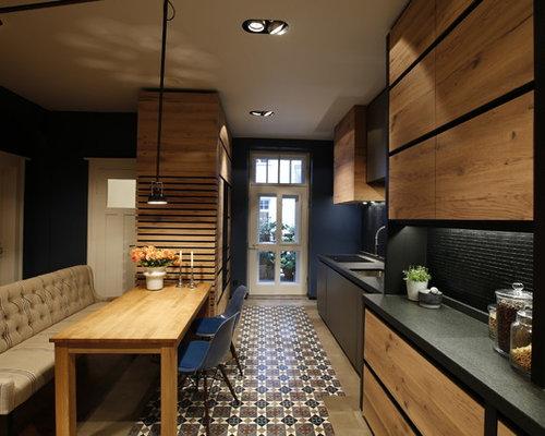Einzeilige, Mittelgroße Moderne Wohnküche Ohne Insel Mit Einbauwaschbecken,  Flächenbündigen Schrankfronten, Hellen Holzschränken,
