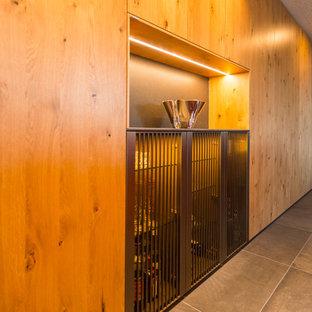 Geschlossene, Geräumige Moderne Küche in L-Form mit flächenbündigen Schrankfronten, hellbraunen Holzschränken, Kücheninsel und grauem Boden in Sonstige