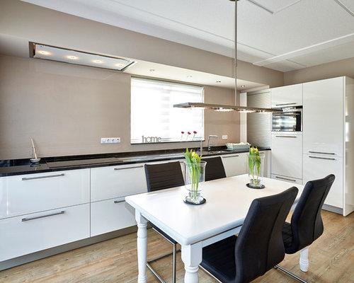 Moderne Wohnküche In L Form Mit Unterbauwaschbecken, Flächenbündigen  Schrankfronten, Weißen Schränken, Küchengeräten