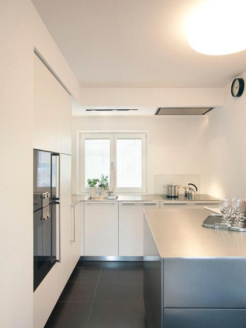 Geschlossene, Kleine Moderne Küche Mit Integriertem Waschbecken,  Flächenbündigen Schrankfronten, Weißen Schränken, Edelstahl
