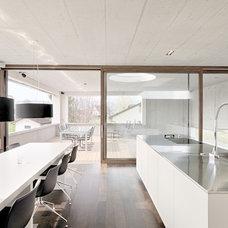 Contemporary Kitchen by Leicht Küchen AG