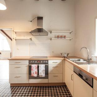 フランクフルトの中サイズのカントリー風おしゃれなキッチン (白いキャビネット、木材カウンター、白いキッチンパネル、シルバーの調理設備の、クッションフロア、マルチカラーの床、ドロップインシンク、フラットパネル扉のキャビネット、サブウェイタイルのキッチンパネル、アイランドなし) の写真