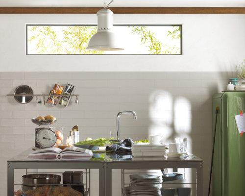 Küchen mit Küchenrückwand in Grau und Edelstahl-Arbeitsplatte Ideen ...