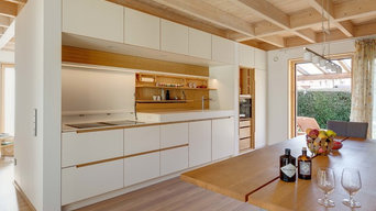 Schreinerküche in Weiß und Eiche