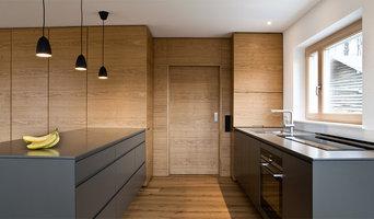 Schreinerküche in Wohnzimmer integriert