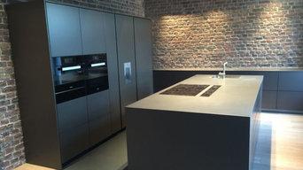 schwarzer Küchenblock mit Kühl- und Backgeräten