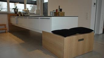 Schwebende Kücheninsel mit anschließendem Holzkubus