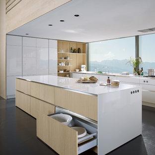 Idee per una grande cucina minimal con ante lisce, ante bianche, top in acciaio inossidabile, paraspruzzi beige, pavimento in ardesia, isola e pavimento nero