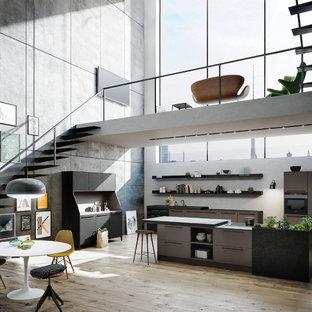 Zweizeilige, Große Moderne Wohnküche mit flächenbündigen Schrankfronten, Granit-Arbeitsplatte, schwarzen Elektrogeräten, hellem Holzboden, Kücheninsel, braunen Schränken und Küchenrückwand in Weiß in München