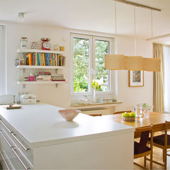 "modern kitchen by Lisa Nieschlag ""Liz & Jewels"""