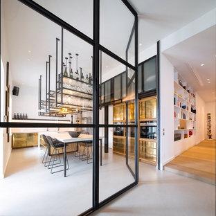 フランクフルトの大きいコンテンポラリースタイルのおしゃれなキッチン (アンダーカウンターシンク、インセット扉のキャビネット、コンクリートカウンター、黒いキッチンパネル、黒い調理設備、コンクリートの床、ベージュの床、ベージュのキッチンカウンター) の写真