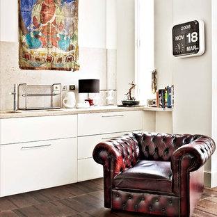 Offene, Einzeilige, Kleine Moderne Küche ohne Insel mit flächenbündigen Schrankfronten, weißen Schränken, Küchenrückwand in Beige, braunem Boden und beiger Arbeitsplatte in Sonstige