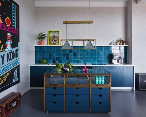 Einzeilige, Kleine Eklektische Küche Mit Flächenbündigen Schrankfronten,  Blauen Schränken, Glas Arbeitsplatte,