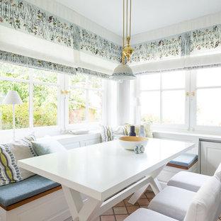 Foto på ett litet lantligt brun linjärt kök och matrum, med en rustik diskho, luckor med profilerade fronter, turkosa skåp, träbänkskiva, brunt stänkskydd, stänkskydd i porslinskakel, rostfria vitvaror, klinkergolv i keramik och orange golv