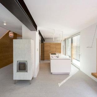 ミュンヘンの中くらいのインダストリアルスタイルのおしゃれなキッチン (中間色木目調キャビネット、シルバーの調理設備、白いキッチンカウンター) の写真