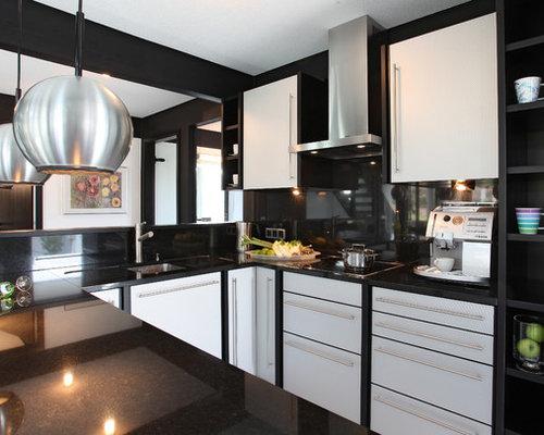 Moderne Küche In U Form Mit Unterbauwaschbecken, Flächenbündigen  Schrankfronten, Weißen Schränken, Küchenrückwand