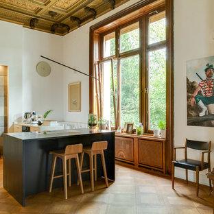 Große Moderne Küche mit flächenbündigen Schrankfronten, weißen Schränken, braunem Holzboden, Kücheninsel, braunem Boden und weißer Arbeitsplatte in Düsseldorf