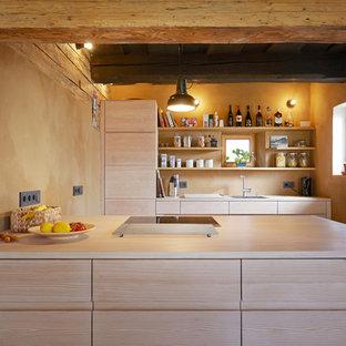 Foto di una piccola cucina lineare stile rurale con ante lisce, ante in legno scuro, top in legno, paraspruzzi beige e isola