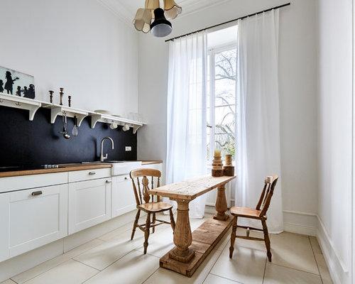 Küchen mit Küchenrückwand in Schwarz und Porzellan-Bodenfliesen ...