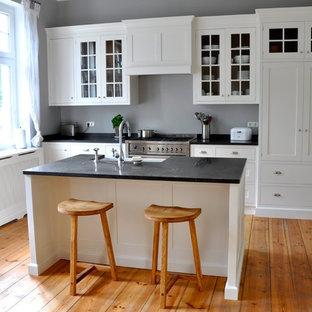 Geschlossene, Einzeilige, Mittelgroße Landhaus Küche Mit  Unterbauwaschbecken, Weißen Schränken, Küchenrückwand In Grau