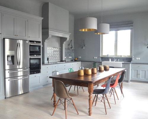 Geräumige Country Wohnküche Ohne Insel In L Form Mit Landhausspüle,  Küchenrückwand In Blau,