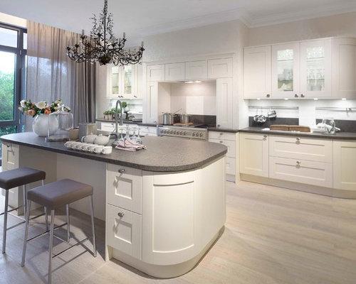 Geräumige moderne wohnküche mit schrankfronten mit vertiefter füllung weißen schränken kücheninsel unterbauwaschbecken