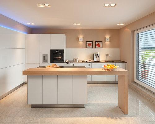 Mittelgroße Moderne Wohnküche Mit Flächenbündigen Schrankfronten, Weißen  Schränken, Arbeitsplatte Aus Holz, Küchenrückwand In