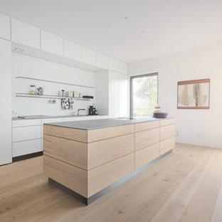 ニュルンベルクの大きいコンテンポラリースタイルのおしゃれなキッチン (中間色木目調キャビネット、無垢フローリング、シングルシンク、フラットパネル扉のキャビネット) の写真