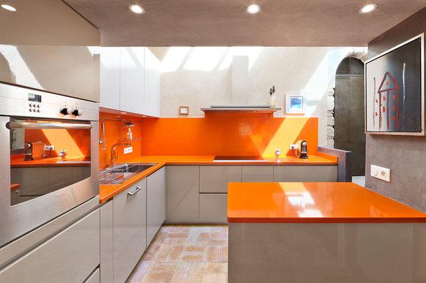 Amarillo, naranja y fucsia: Un vibrante trío de color en casa