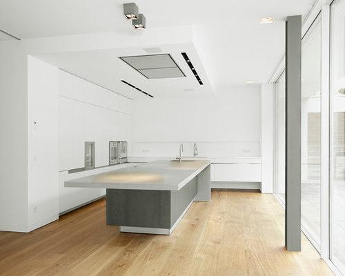 Große Moderne Küche In L Form Mit Kücheninsel, Flächenbündigen  Schrankfronten, Weißen Schränken,