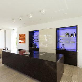 Offene, Zweizeilige, Große Moderne Küche Mit Einbauwaschbecken,  Flächenbündigen Schrankfronten, Küchenrückwand In Blau