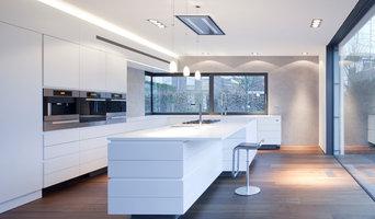 Weiße Küche mit dunklem Holzboden
